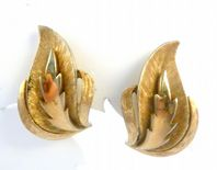 Vintage Crown Trifari Gold Tone Leaf Design Clip On earrings.